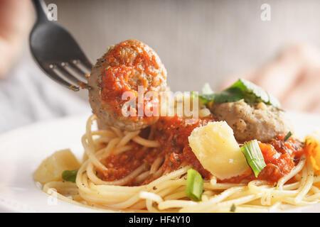 Woman eating spaghetti aux boulettes de close up horizontal Banque D'Images