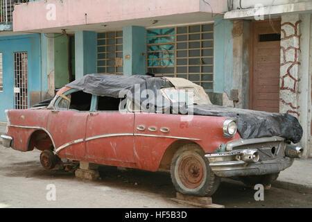 Wrecked vintage voiture garée dans une rue de La Havane, Cuba, Caraïbes, Amériques Banque D'Images