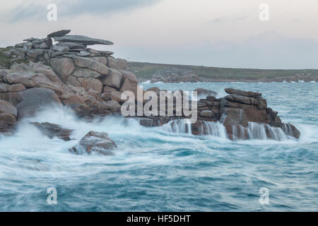 Les vagues sur la côte rocheuse sous Pulpit Rock sur Peninnis, St Mary, Îles Scilly