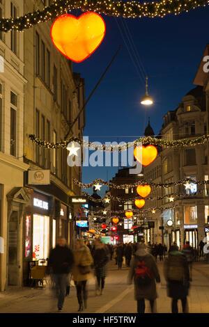 Danemark, copenhague, Strøget, les décorations de Noël dans la rue commerçante piétonne de nuit Banque D'Images