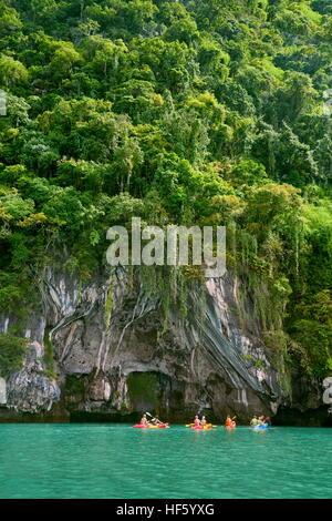 Kyaking à Ko Talabeng), province de Krabi, Thaïlande Banque D'Images