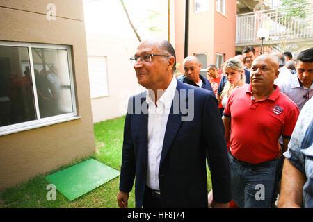 SÃO PAULO, SP - 29.12.2016: ENTREGA DE APARTAMENTOS DA PRIMEIRA PPP - Gouverneur Geraldo Alckmin livrés dans la matinée du jeudi (29), à la Rua São Caetano dans le centre-ville de São Paulo, 126 appartements du premier partenariat public privé (PPP) dans le pays pour les familles à faible revenu. Ils ont assisté à l'événement Maire Fernando Haddad et le maire élu John Doria. (Photo: Aloisio Mauricio/Fotoarena)