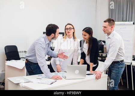 Groupe de jeunes collègues de faire les bonnes décisions.Équipe de création d'entreprise Concept de travail Discussion Banque D'Images