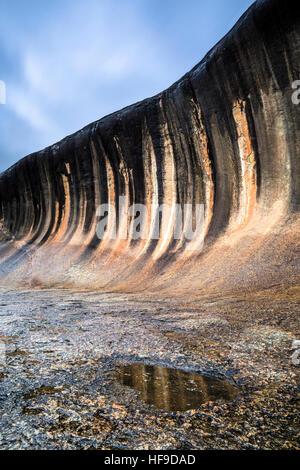 La pente évasée de Wave Rock. Les bandes noires sont causées par des algues Banque D'Images