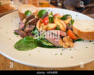Salade de foie gras aux pommes et noix plat délicieux déjeuner dans un restaurant à Frankfurt am Main Allemagne Banque D'Images