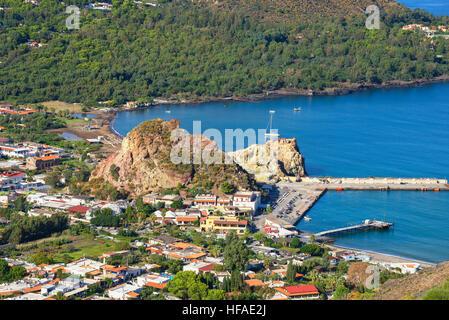 Avis de Vulcanello et Porto di Levante, l'île de Lipari à l'arrière, Iles Eoliennes, Sicile, Italie Banque D'Images