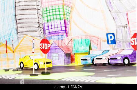 Le trafic routier dans la ville du jouet avec parking et les voitures Banque D'Images
