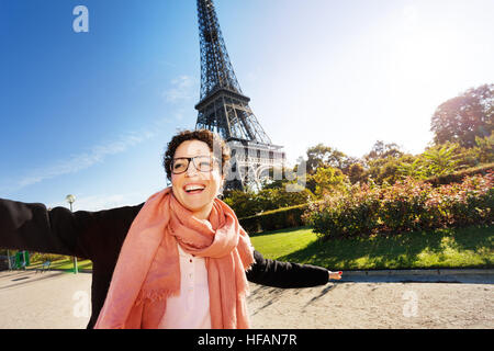 Portrait of happy young woman visiting Paris Banque D'Images