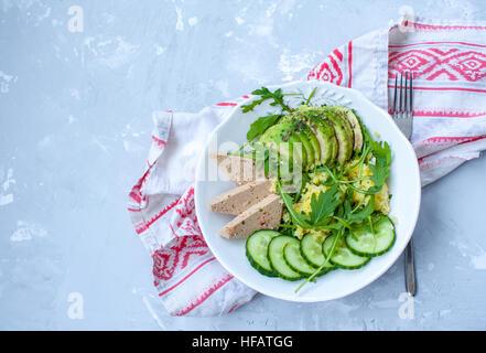 Salade verte à l'avocat, le couscous et le tofu. L'amour pour la santé de l'aliment cru concept. Banque D'Images