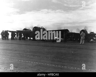 Grumman F4F-4 Wildcat fighters se préparent à décoller d'USS Wasp (CV-7) le 7 août 1942, le premier jour d'un débarquement à Guadalcanal et Tulagi. Photographie de la Marine américaine officielle, aujourd'hui dans les collections des Archives nationales. F4F Wildcats lancer à partir d'USS Wasp (CV-7) en août 1942