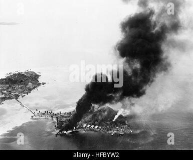 Guadalcanal-Tulagi les débarquements, 7-9 août 1942: feux brûler entre les installations et les hydravions japonais sur l'île de Tanambogo, à l'est de Tulagi, sur le premier jour de l'invasion, 7 août 1942. Ce point de vue ressemble à propos de SSW, avec à gauche l'île de Gavutu, connecté à Tanambogo par une chaussée. Photographie de la Marine américaine officielle, aujourd'hui dans les collections des Archives nationales. Und Tanambogo Gavutu