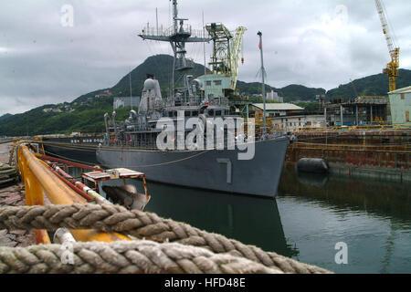 060916-N-4124C-004 - Sasebo, Japon (sept. 16, 2006) - USS Patriot (MCM 7) se trouve dans l'état humide à quai à Banque D'Images