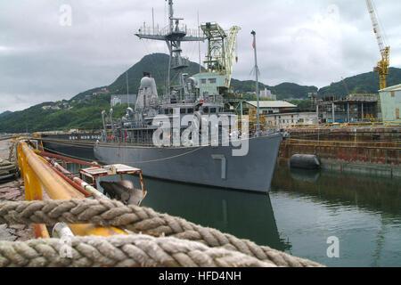 060916-N-4124C-004 Sasebo, Japon (sept. 16, 2006) - USS Patriot (MCM) siège 7 amarrée à l'installation de radoub Banque D'Images
