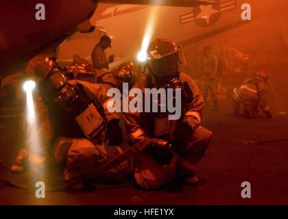 040708-N-5952R-027 de l'océan Atlantique Nord (8 juillet 2004) - Les marins affectés à réparer un casier bravo à Banque D'Images
