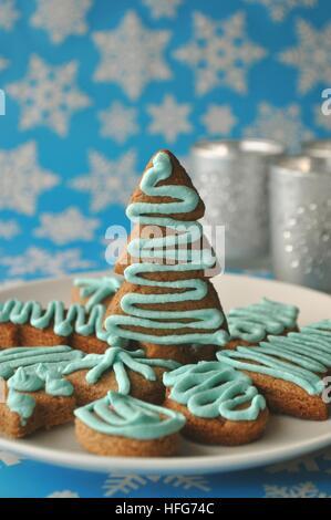 Close up de diverses fêtes de Noël fête des bonbons, friandises et des cookies sur fond bleu avec des flocons de Banque D'Images