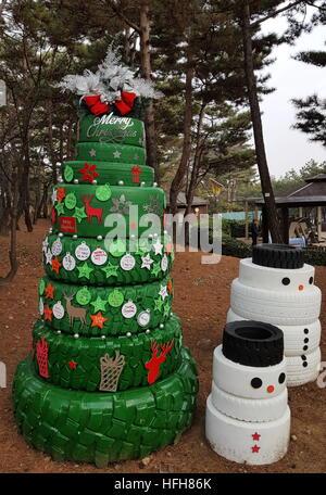 Séoul, Corée du Sud - 31 décembre 2016: un arbre de Noël et des bonhommes faits de pneus dans le parc Namsan. Stanislav/Varivoda Banque D'Images