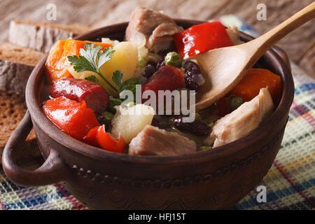 Soupe eintopf allemand avec la viande et les légumes sur la table horizontale. Banque D'Images
