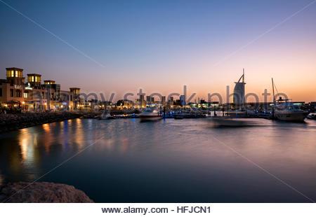 Avis de 'Al Tahliya', port de pêche, Dubaï. Photo prise lors d'un coucher du soleil avec un ciel clair (pas de nuages) Banque D'Images