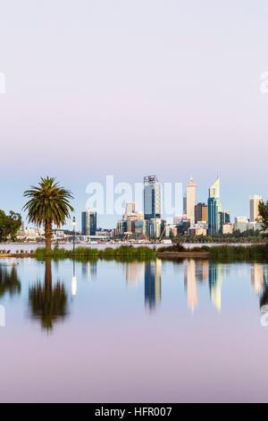 Vue sur St James Mitchell Park et le fleuve Swan à l'horizon de la ville au crépuscule, Perth, Western Australia, Australia Banque D'Images
