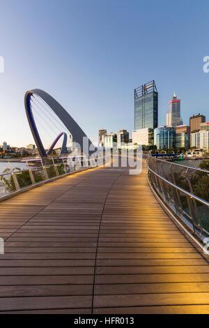 Vue crépusculaire le long de la passerelle pour piétons quai Elizabeth à l'horizon de la ville au-delà, Perth, Western Banque D'Images