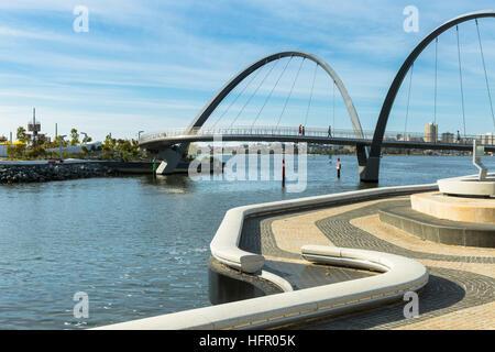 Afficher le long de la promenade à Elizabeth Quay vers la passerelle pour piétons, Perth, Western Australia, Australia Banque D'Images