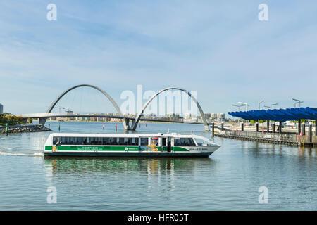 Un traversier de la rivière Swan arrivant à Elizabeth Quay ferry terminal avec Elizabeth Quay passerelle pour piétons Banque D'Images