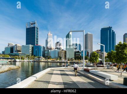 Travailleur de la ville en marchant le long du quai Elizabeth avec l'au-delà les toits de la ville, Perth, Western Banque D'Images