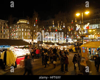 Marché de Noël sur la place Vorosmarty ter dans le centre-ville de Budapest, Hongrie Banque D'Images