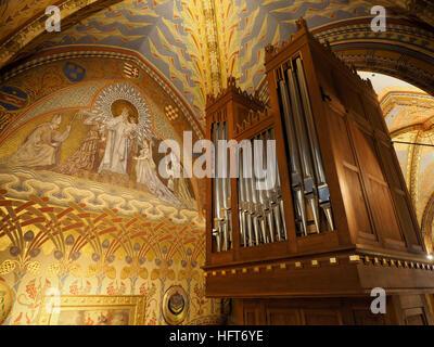 L'orgue à tuyaux dans le magnifique bâtiment restauré l'église Matthias de Budapest, Hongrie Banque D'Images