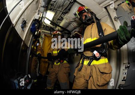 081029-N-8546G-015 Yokosuka, Japon (oct. 29, 2008) marins affectés à la réparation 5 équipe de tuyau maintenir contrôle Banque D'Images