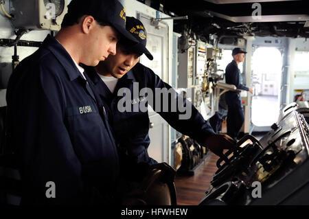 081117-N-8546G-024 Yokosuka, Japon (nov. 17, 2008) matelot de pont William Joseph Bush, gauche, de Kranzburg, S.D., Banque D'Images