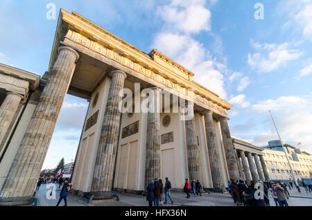Les gens et les touristes autour de la porte de Brandebourg, Brandenburger Tor, 18e siècle monument néoclassique, Banque D'Images