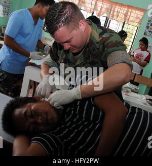 100224-N-1008D-032 ZAMBOANGA, Philippines (fév. 24, 2010) l'hôpital en chef Michael A. Corpsman Murs, attribué à Banque D'Images