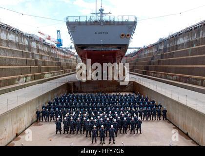 100527-N-2218S-002 Yokosuka, Japon (27 mai 2010) Les officiers et l'équipage de la classe Arleigh Burke destroyer Banque D'Images