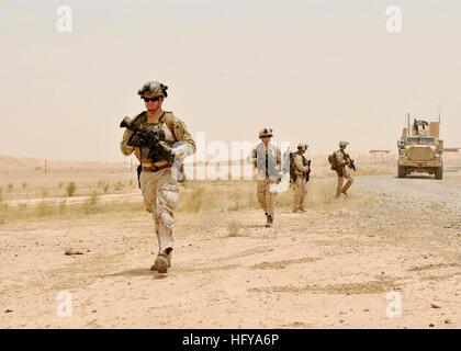100712-N-0490C-002 Tikrit, Iraq (12 juillet 2010) marins affectés à l'élimination des explosifs et munitions (unité Banque D'Images