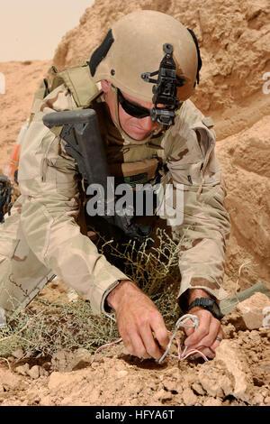 100712-N-0490C-013 Tikrit, Iraq (12 juillet 2010) Un marin affecté à l'élimination des explosifs et munitions (unité Banque D'Images