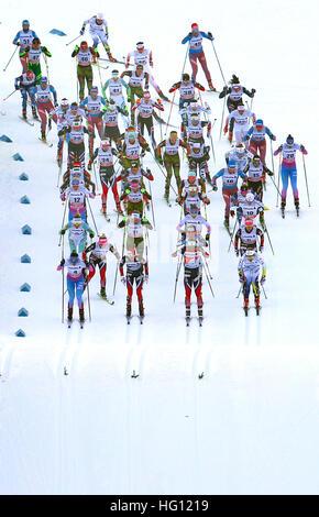 Oberstdorf, Allemagne. 06Th Jan, 2017. Les skieurs de fond départ dans la FSI concours Tour de Ski à Oberstdorf, Banque D'Images