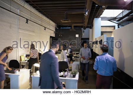 Les gens d'affaires travaillant dans open plan office Banque D'Images