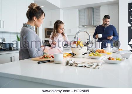 Famille préparer le petit-déjeuner dans la cuisine du matin Banque D'Images