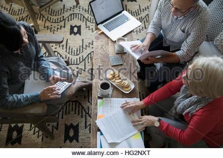 Vue aérienne de conseiller financier et senior couple Réunion en salle de séjour Banque D'Images