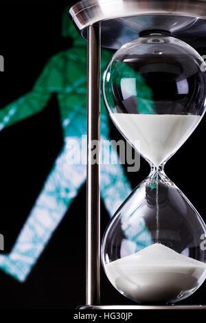 Dans Hourglass devant le petit homme vert (piétons) Banque D'Images