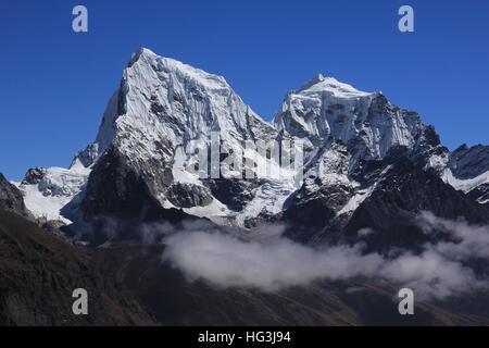 En haute montagne du Parc National de l'Everest. Le Cholatse couvert Glacier. Vue depuis Gokyo Ri. Banque D'Images