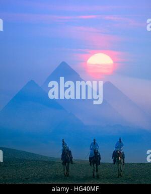 Pleine lune derrière les pyramides au crépuscule, Giza, Le Caire, Egypte Banque D'Images