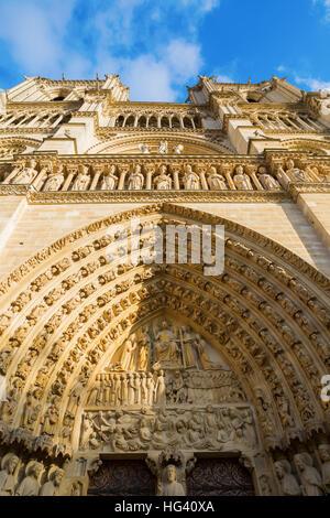 Portail de l'avant sa célèbre cathédrale Notre Dame de Paris, France Banque D'Images