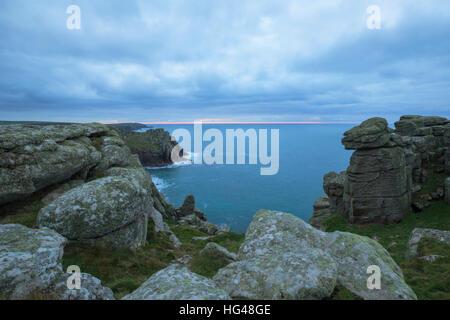 Vue depuis la clifftops à Pordenack Point près de Lands End en Cornouailles Banque D'Images