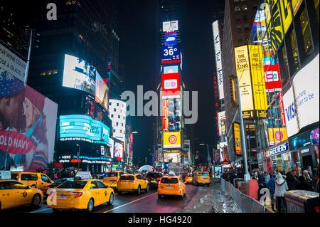 NEW YORK CITY - 17 décembre 2016: le trafic et foule remplir Times Square que la ville se prépare pour le Nouvel Banque D'Images