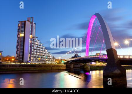 Clyde Arc (Pont) et aux appartements résidentiels, Clyde, Glasgow, Ecosse, Royaume-Uni
