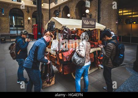 Les gens autour d'un étal avec des sacs à main et sacs à main en cuir et accessoires à Londres Banque D'Images