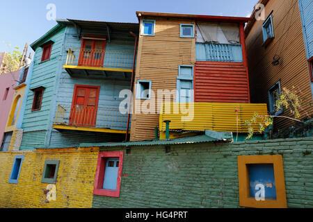 Maisons peintes de couleurs vives le long de El Caminito street dans le quartier de La Boca, Buenos Aires, Argentine, Banque D'Images
