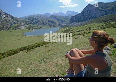 Jeune femme appréciant les beaux lacs de Covadonga, Asturies Banque D'Images
